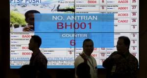 Sejumlah calon investor berada di ruang Pelayanan Terpadu Satu Pintu (PTSP) Pusat di Gedung BKPM, Jakarta, Senin (26/1)
