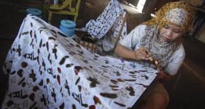 Pekerja menyelesaikan proses membatik di Industri Batik Rumahan Muria Batik Kudus, Desa Karangmalang, Gebog, Kudus, jateng, Sabtu (24/1)