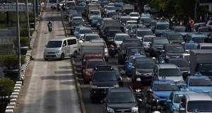 Sejumlah kendaraan melintas di jalur bus Transjakarta di kawsan Gajah Mada, Jakarta, Jumat (30/1).
