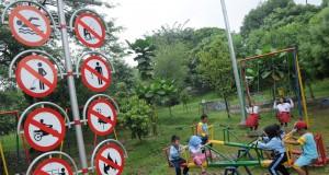 Sejumlah anak bermain di Taman Kota Lembah Gurame, Depok, Jawa Barat, Selasa (27/1)