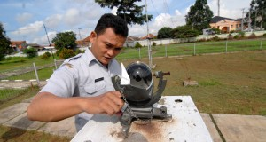 Petugas Badan Metereologi, Klimatologi dan Geofisika (BMKG) Tangerang, memeriksa alat camble stockes (pengukur matahari) di kantor BMKG, Tanah Tinggi, Tangerang, Banten, Selasa (27/1)