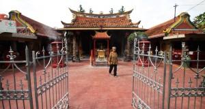 Warga etnis Tionghoa berada di Kelenteng Boen Tek Bio, Tangerang, Banten, Selasa (27/1)