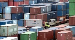 Aktivitas bongkar muat di Pelabuhan Petikemas, Makassar, Sulawesi Selatan, Senin (2/2)