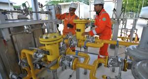 Pekerja memeriksa alat penurun tekanan gas milik Perusahaan Gas Negara (PGN) di Semarang, Jateng, Senin (16/2).