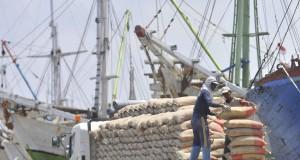 Buruh melakukan aktivitas bongkar muat semen di Pelabuhan Sunda Kelapa, Jakarta, Senin (16/2).
