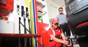 Petugas mengisi bahan bakar gas jenis Liquified Gas for Vehicle (LGV) Vigas ketika uji coba di SPBU Coco Gandaria, Jakarta Timur,
