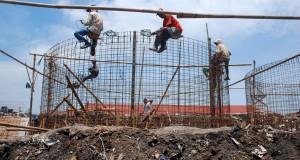 Pekerja melakukan proses tahapan pembangunan proyek Bio Digester di kawasan Gedebage, Bandung, Jabar, Sabtu (21/2).