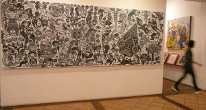 Sebuah lukisan besar karya pelukis Ramadhan Bouqie terpajang pada pameran lukisan tunggalnya yang bertajuk Human Absurdity, di Galeri-Museum Cemara 6, Jakarta Pusat, Kamis (26/2) malam.