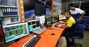 Dua petugas memantau pergerakkan satelit di fasilitas Data Center - Disaster Recovery Center (DC-DRC) Indosat, Jatiluhur, Purwakarta, Jawa Barat, Rabu (18/2