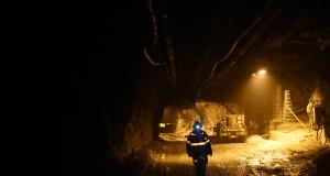Pekerja tambang berjalan di sebuah tambang bawah tanah (underground mine) milik Freeport Indonesia di Mimika, Timika, Papua,