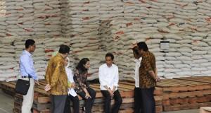 Presiden Joko Widodo (ketiga kanan) berbincang dengan Menko Perekonomian Sofyan Djalil (kedua kanan), Menteri BUMN Rini Soemarno (keempat kanan), Menteri Perdagangan Rahmat Gobel (kanan) dan Mensos Khofifah Indar Parawansa (ketiga kiri) ketika meninjau