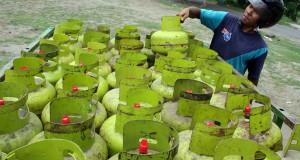 Pekerja memindahkan gas elpiji kemasan tabung 3 kilogram untuk didistribusikan ke pengecer di Kediri, Jawa Timur, Senin (2/2)