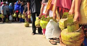 Ratusan warga antre membeli bahan bakar gas elpiji subsidi ukuran 3 kilo di salah satu SPBU, Kampung Mulia, Banda Aceh, Kamis (12/2)