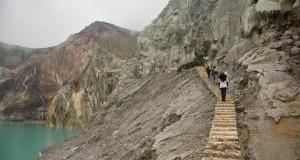Sejumlah wisatawan lokal menaiki anak tangga Kawah Ijen, Sempol, Bondowoso, Jawa Timur, Minggu (8/2)