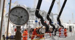 Sejumlah pekerja diatas Kapal kargo Tangguh Towuti yang membawa 119.000 m3 Liquified Natural Gas (LNG) dari fasilitas Tangguh Papua memindahkan muatan ke Terminal Penerimaan dan Regasifikasi Arun yang dioperasikan oleh anak perusahaan PT Pertamina Gas yait