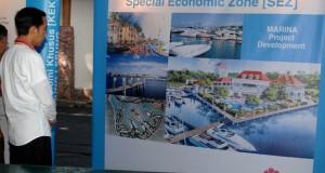Presiden Joko Widodo melihat maket pengembangan Kawasan Ekonomi Khusus (KEK) Pariwisata Tanjung Lesung, di Desa Tanjung Jaya, Pandeglang, Banten, Senin (23/2).