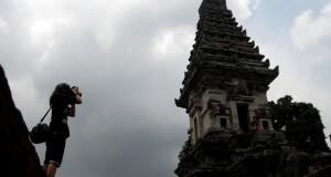 Seorang wisatawan memotred bangunan naiki Candi Jawi yang berada di Desa Candi Wates, Prigen, Pasuruan Jatim, Kamis (19/2).