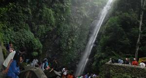 Sejumlah wisatawan berada di kawsan air terjun Kakek Bodo di Desa Tretes, Prigen, Pasuruan Jatim, Kamis (19/2).
