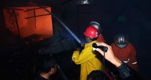 Sejumlah petugas PMK Kota Mataram berusaha memadamkan api yang membakar rumah sekaligus kios penjual BBM di Lingkungan Kampung Bugis, Ampenan, Mataram