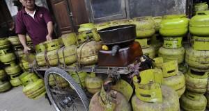 Penjual menata elpiji tiga kg di agen penyalur elpiji, Tanah Abang, Jakarta, Senin (2/3).