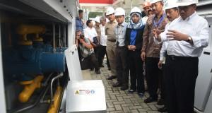 Menteri ESDM Sudirman Said (kanan) didampingi plt Dirjen Migas Kementerian ESDM I Gusti Nyoman Wiratmadja Puja (ketiga kanan) melihat kompresor gas saat meninjau SPBG di daerah Cililtan, Jakarta, Selasa (3/3).