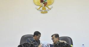 Presiden Joko Widodo (kiri) berbincang dengan Wapres Jusuf Kalla (kanan) sebelum rapat terbatas kabinet di Kantor Presiden, Jakarta, Kamis (5/3).