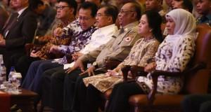 Wakil Presiden Jusuf Kalla (ketiga kiri) berbincang dengan Ketua DPD Irman Gusman (kedua kiri) didampingi Menteri dalam Negeri Tjahjo Kumolo (kiri), Kepala Badan Penanggulangan Bencana (BNPB) Syamsul Maarif (ketiga kanan), Menko Pembangunan Manusia dan Keb