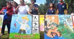 Gubernur Jawa Barat, Ahmad Heryawan (ketiga kiri) bersama para pemenang lomba seni melukis saat kegiatan Hitungan Mundur (counting down) 555 Hari Jelang Pekan Olahraga Nasional (PON) XIX Jawa Barat 2016 di Lapangan Sempur, Kota Bogor, Jabar, Minggu (15/3).