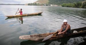 Warga mencari ikan dengan jaring tancap di Danau Sentani, Kabupaten Jayapura, Papua, Jum'at (27/3)
