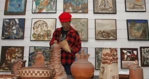 Seorang seniman menyusun barang-barang kerajinan yang dijual pada Bazar Seni Rupa, di Galeri Simpaian Seniman Seni Rupa Indonesia (Simpassri) Medan, Sumatera Utara, Minggu (15/3).