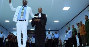 Pesepak bola Persipura Jayapura Bio Paulin Pierre (kiri) melakukan pengucapan sumpah menjadi WNI di Kantor Wilayah Kementerian Hukum dan HAM Papua, Jayapura, Papua, Senin (23/3)