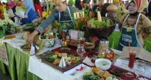 "Peserta menata sajian ""Sego Tempong"" saat Festival Kuliner di Taman Blambangan, Kabupaten Banyuwangi, Jawa Timur, Sabtu (28/3)"