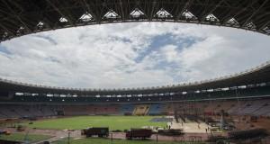 Pekerja membongkar panggung dan penutup rumput (grass cover) usai konser musik band One Direction di Stadion Utama Gelora Bung Karno, Senayan, Jakarta, Kamis (26/3).
