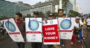 Sejumlah warga yang tergabung dari berbagai elemen peduli kesehatan ginjal melakukan aksi memperingati Hari Ginjal se-Dunia di Jakarta, Minggu (15/3).