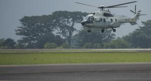 Sebuah helikopter NAS-332 Super Puma dengan nomor registrasi H-3205 milik Skadron 45 TNI AU mendarat di Pangkalan Udara Halim Perdanakusuma, Jakarta Timur, Rabu (25/3).