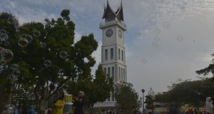 Warga melakukan aktivitas di sekitar Jam Gadang, Bukit Tinggi, Sumbar, Minggu (22/3)