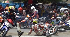 Pembalap terjatuh saat memacu motor mengikuti kejuaraan balap motor FDR Honda Blade Road race & Supermoto Open Championship 2015 putaran pertama di sirkuit Jalan Mastrip, Kota Madiun, Jatim, Minggu