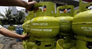 """Pekerja menata tabung elpiji tiga kg bertuliskan """"Hanya untuk Masyarakat Miskin"""" di salah satu agen elpiji kawasan Tebet, Jakarta, Selasa (10/3)."""