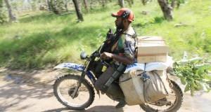 Pengendara ojek mengantar kebutuhan pokok dari Marauke, Papua ke Papua Nugini melintas perbatasan Indonesia-Papua Nugini di Distrik Sota, Merauke, Papua,