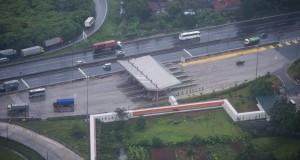 Sejumlah kendaraan melintas di jalan tol Tangerang - Merak yang dioperasikan PT. Marga Mandalasakti (MMS) di Banten, Rabu (11/3)