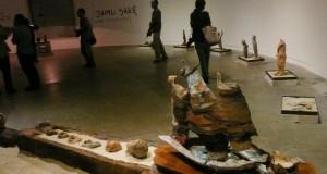 """Sebuah keramik """"Berlayar"""" terpajang pada acara pembukaan Pameran Keramik karya Keng Sien (1954-2014) yang bertajuk """"University of Rest& Relax"""", di Galeri Salihara, Jakarta, Sabtu malam (14/3)."""