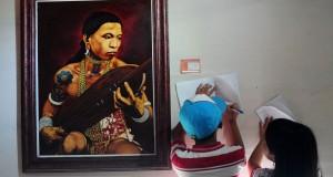 Dua anak mencatat data karya seni yang ditampilkan dalam Pameran Seni Rupa di Rumah Betang Pontianak, Kalbar, Kamis (26/3). Pameran Seni Rupa yang bertajuk