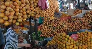 Pedagang menyusun buah segar di Pasar Buah Brastagi, Karo, Sumatera Utara, Minggu (29/3)