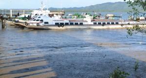 Kapal angkutan penyeberangan Nunukan-Tawau, Malaysia kandas saat air laut surut di Pelabuhan Internasional Tunon Taka, Kabupaten Nunukan, Kaltara, Jumat (27/3