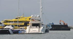 Sebuah kapal pengeruk pasir beraktifitas di kawasan dermaga kapal wisata di Pelabuhan Benoa, Denpasar, Bali, Kamis (26/3).