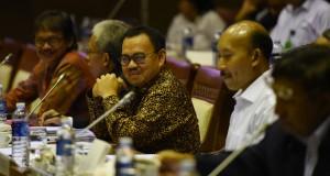 Menteri ESDM Sudirman Said (tengah) mengikuti rapat kerja dengan komisi VII DPR RI di Komplek parlemen Senayan, Jakarta, Senin (30/3)