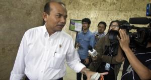 Menteri Perencanaan Pembangunan Andrinof A Chaniago menjawab pertanyaan wartawan usai mengikuti rapat koordinasi tertutup di kantor Kemenko Perekonomian, Jakarta, Senin (16/3).