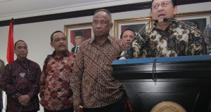 Ketua DPD Irman Gusman (kanan) melakukan konferensi pers bersama plt Ketua KPK Taufiquerachman Ruki (kedua kanan) dan plt pimpinan KPK Indriyanto Seno Adji setelah melakukakan pertemuan tertutup di Komplek Parlemen Senayan, Jakarta, Jumat (27/3).