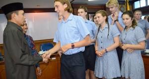 """Gubernur NTB M Zainul Majdi (kiri), bersalaman dengan siswa Sekolah """"Christian College Geelong Australia"""" saat menerima rombongan pertukaran pelajar asal Australia di Kantor Gubernur NTB di Mataram, Selasa (31/3)"""