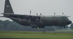 Pesawat Hercules C-130 dengan nomor registrasi A-1320 milik TNI AU mendarat di Pangkalan Udara Halim Perdanakusuma, Jakarta Timur, Rabu (25/3).